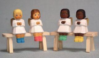 Engel sitzend mit Socken von Lotte Sievers-Hahn
