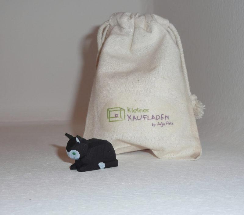 Katze liegend schwarz